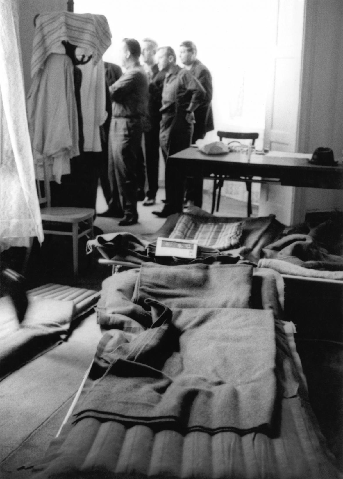 Poslanci přespávající v budově parlamentu, srpen 1968