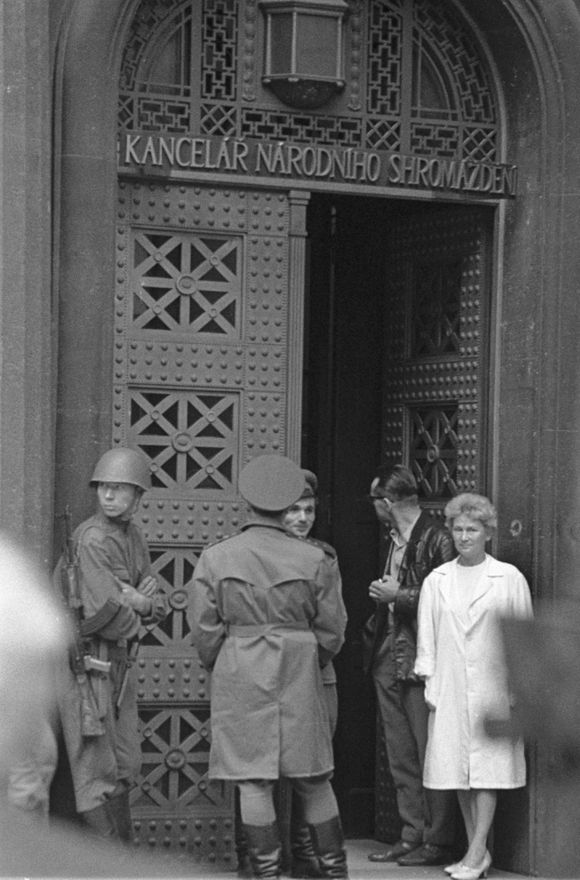 Vchod do budovy parlamentu na Gorkého náměstí, srpen 1968