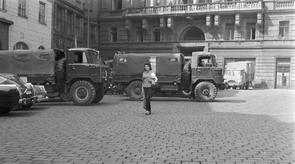 Vojenská technika u sídla parlamentu na Gorkého náměstí, srpen 1968