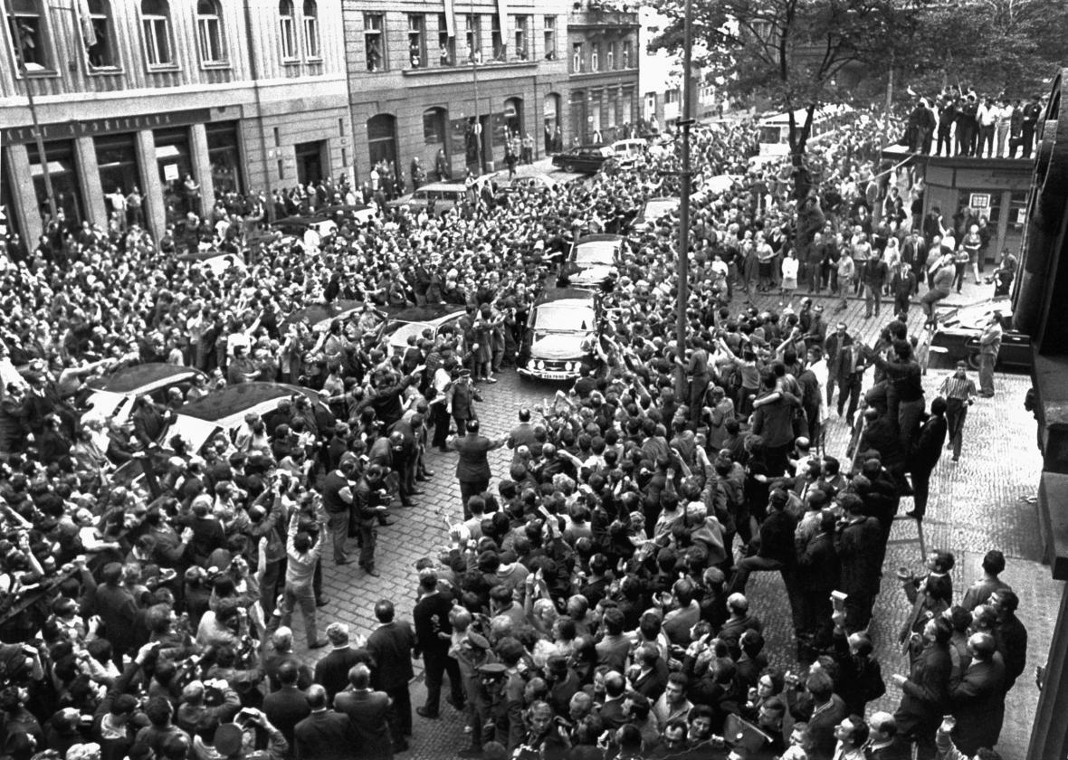 Příjezd poslanců do dočasného sídla parlamentu na Gorkého náměstí, srpen 1968