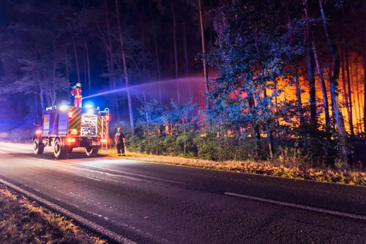 Hasiči u požáru lesa poblíž Berlína