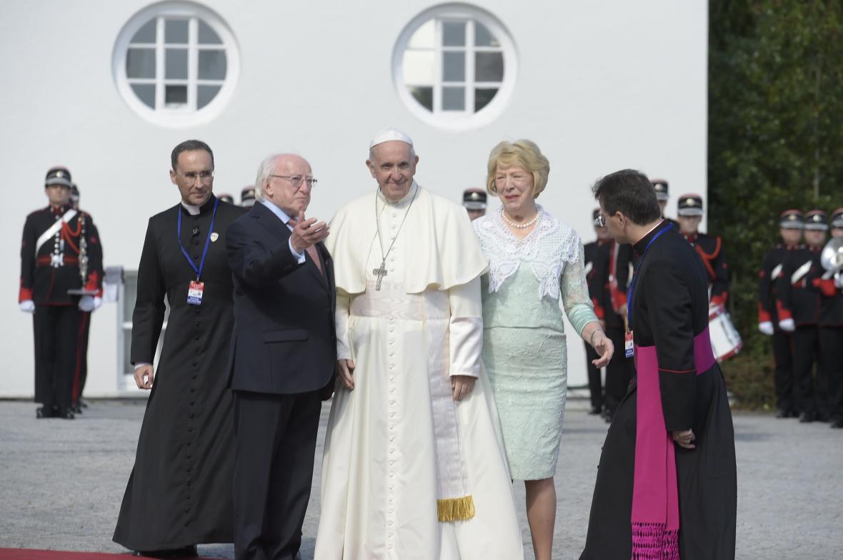 Papež František s irským prezidentem Michaelem Higginsem a jeho manželkou