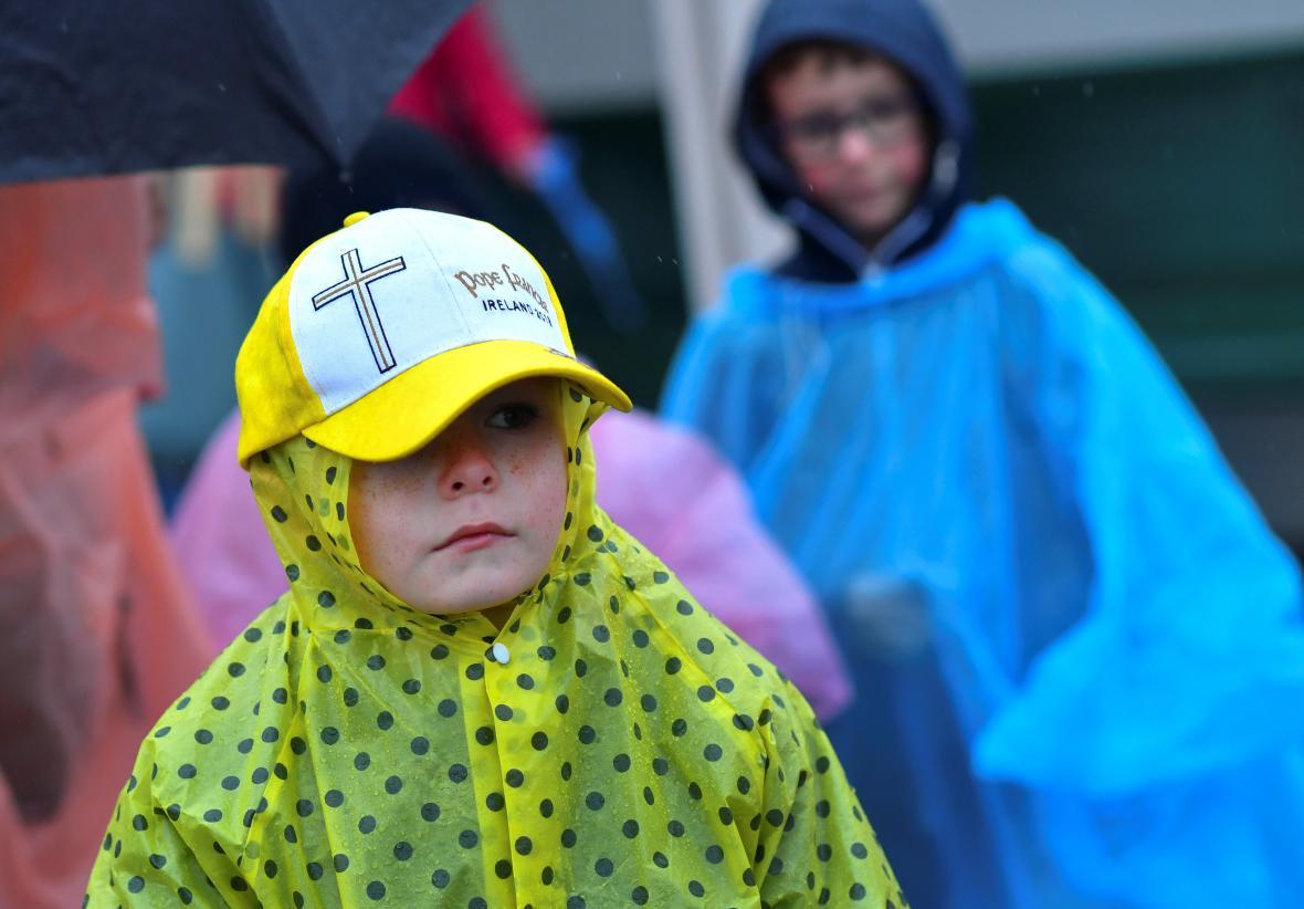 Na papeže čekali v Knocku i malí příznivci
