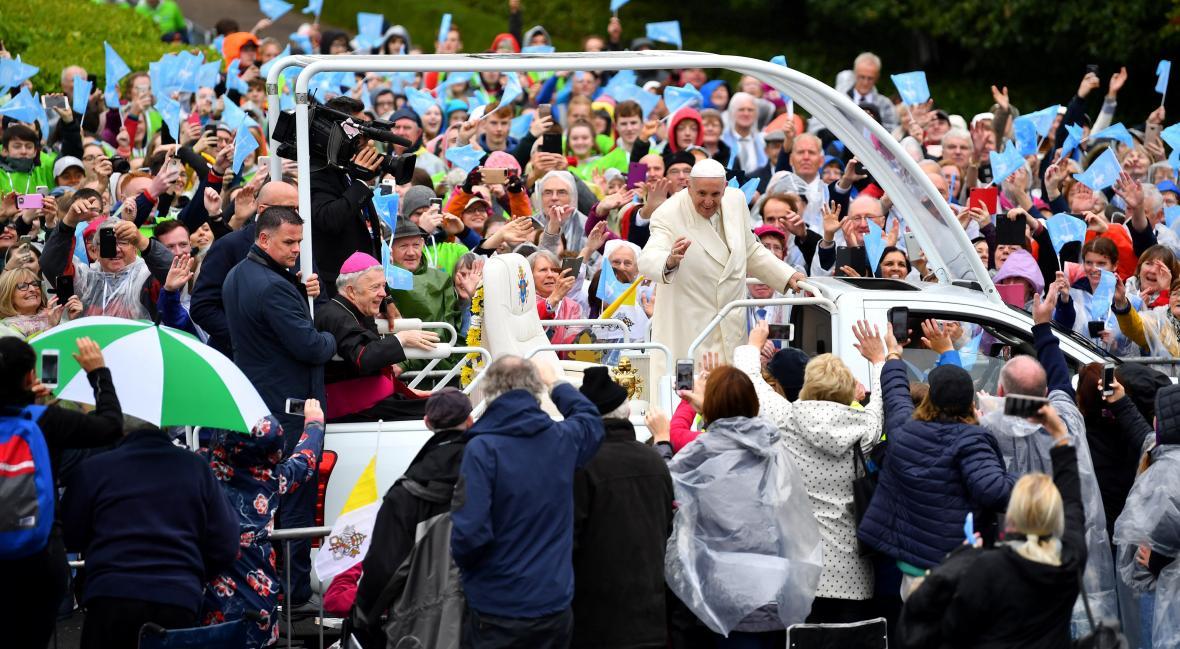 Papež při příjezdu do Knocku