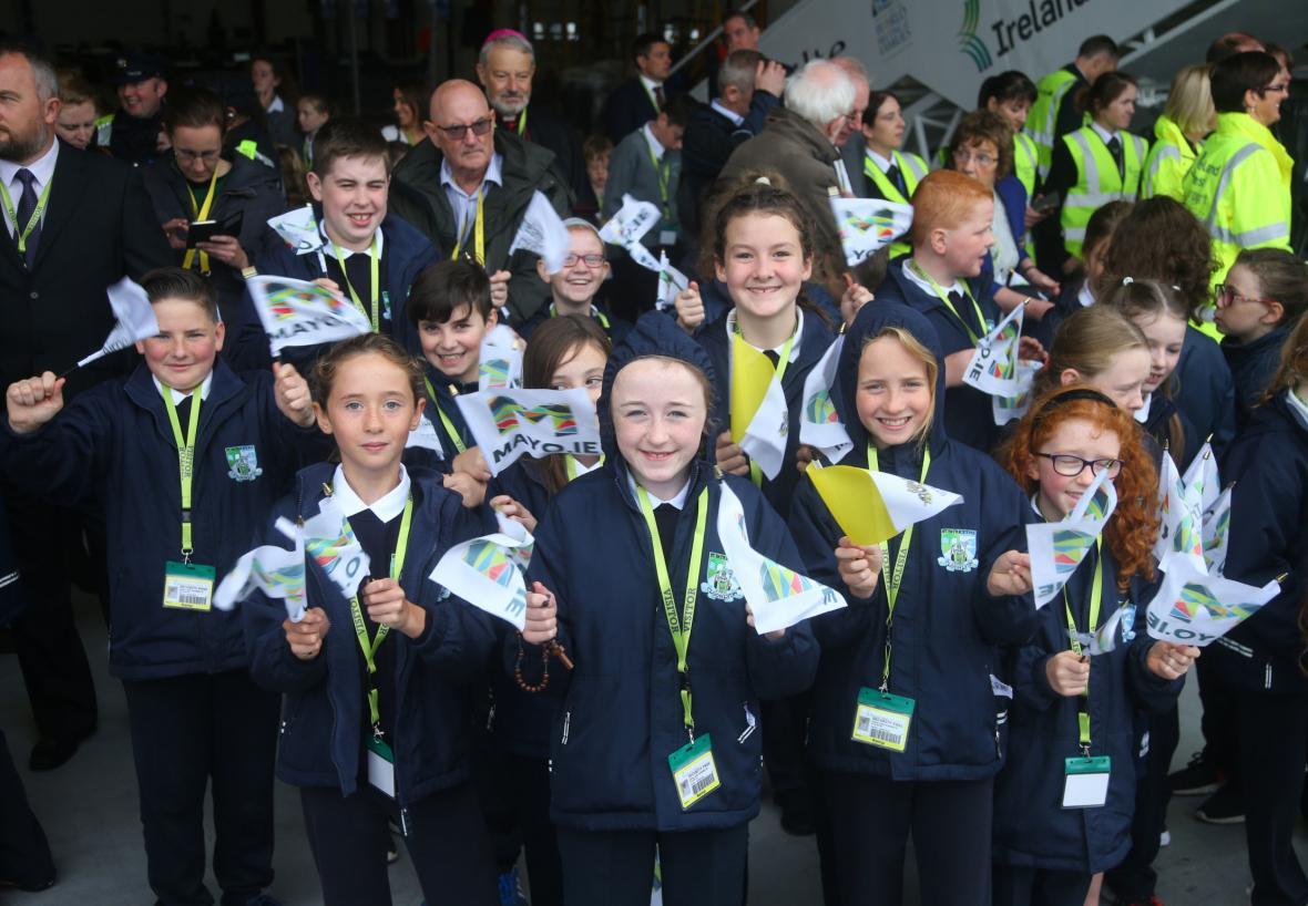 Školáci si vzali na uvítání papeže uniformy