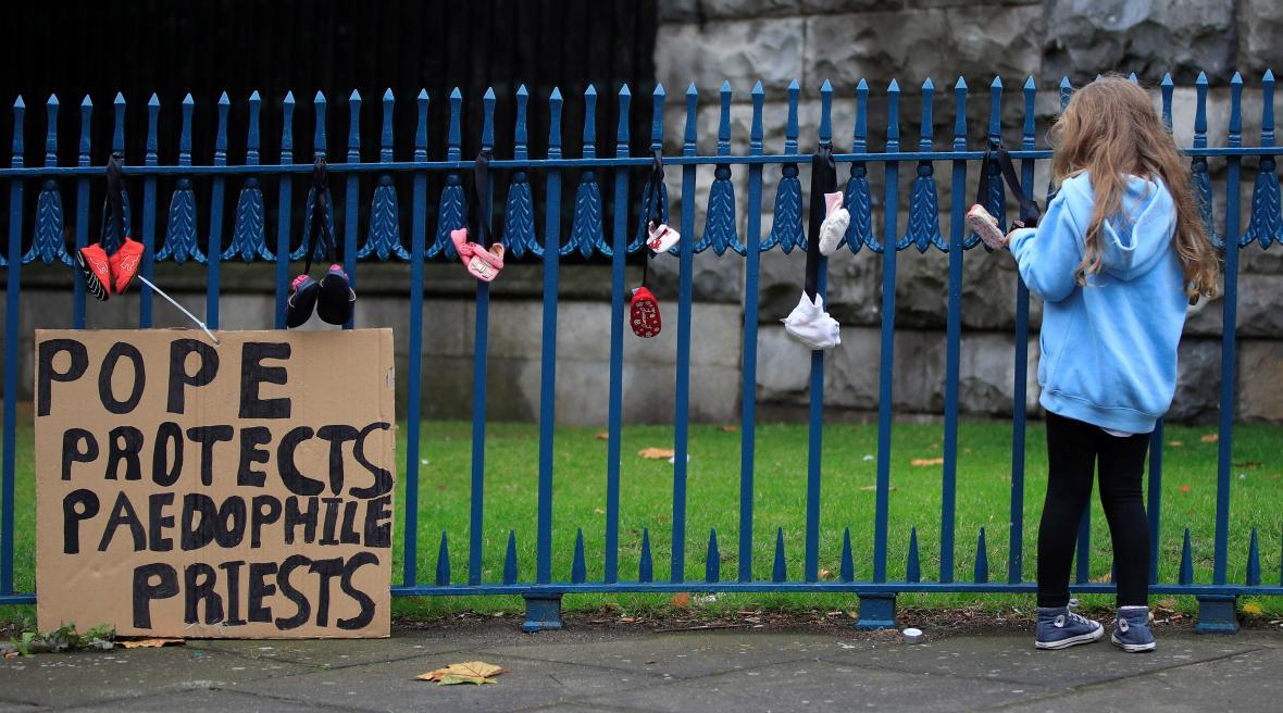 Protest proti papežově návštěvě v Irsku