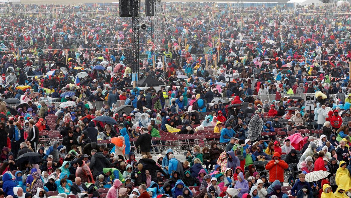 Irové čekají v dešti na papežovu mši