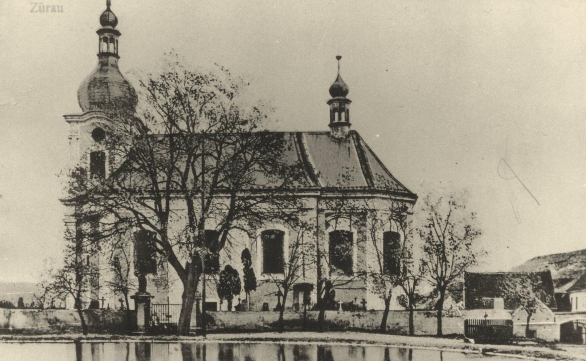 Kostel na návsi ve 30. letech minulého století. Rybník dnes slouží jako požární nádrž