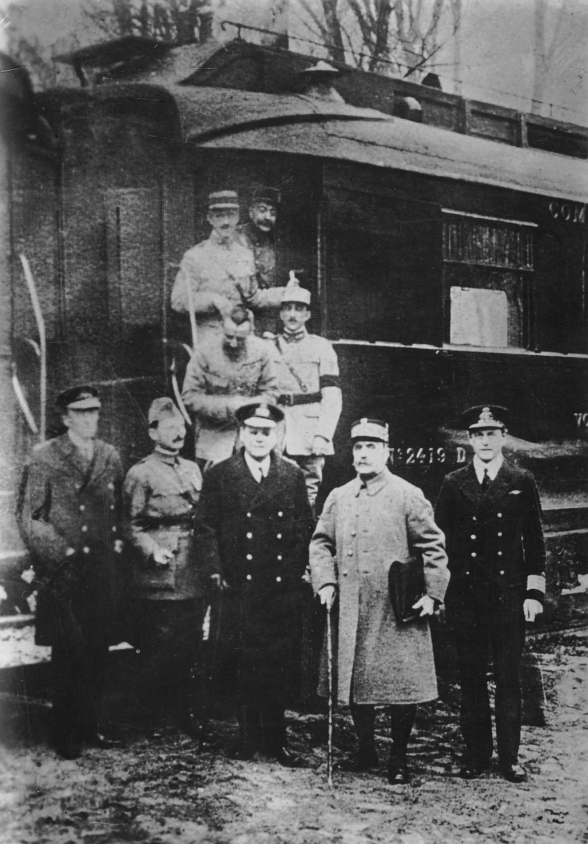 Dohoda příměří v salonním železničním vagoně v lese u Compiégne (11.11.1918)