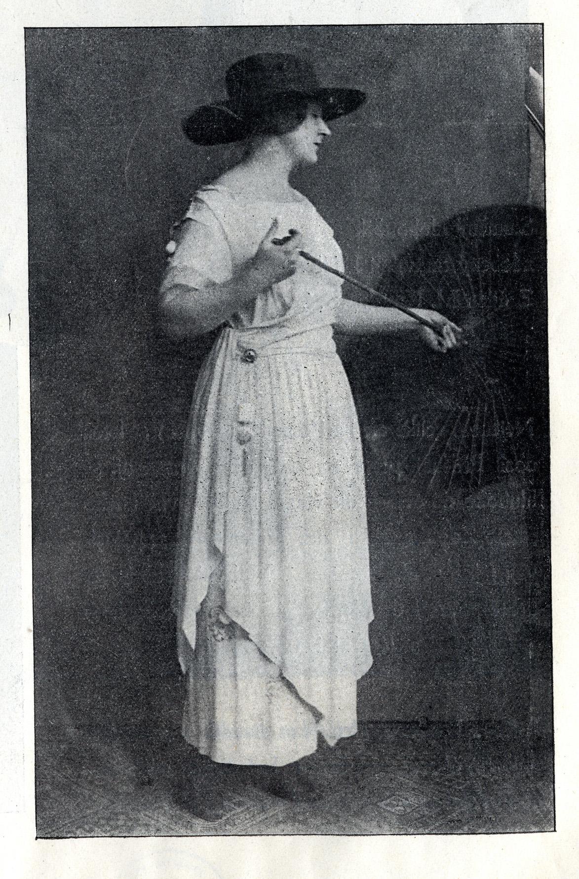 Růžena Naskova, členka činohry Národniho divadla, v bílých šatech z krepdešinu Moda a vkus I, č. 1, duben 1919, s. 5