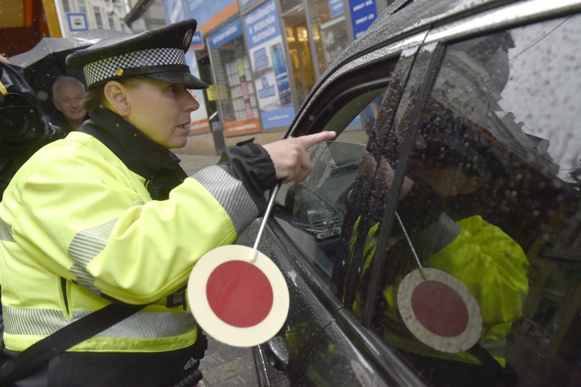 Městská policistka kontroluje v Brně řidiče, který se svým vozem vjel do centra města