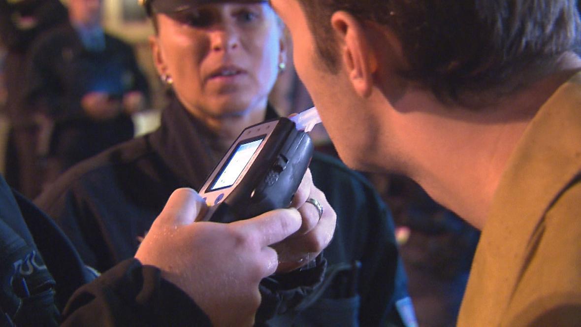 Policisté kontrolovali, zda nezletilí nepili alkohol