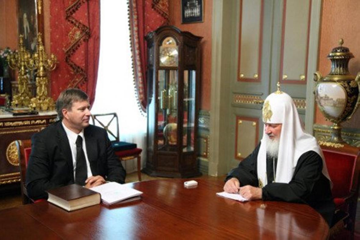 Fotografie z roku 2012, na níž grafici pravoslavné církve vyretušovali drahé hodinky patriarchy Kirilla jen na ruce a ne na odrazu na stole