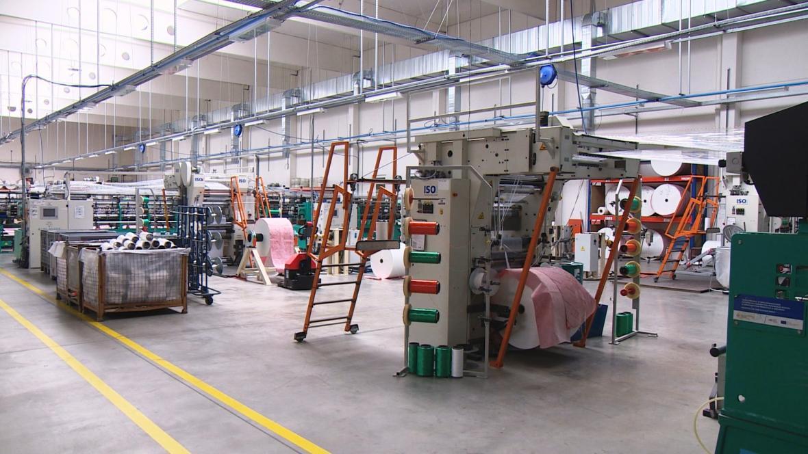 Kvůli nedostatku slámy se zastavil provoz jedné části textilky Juta