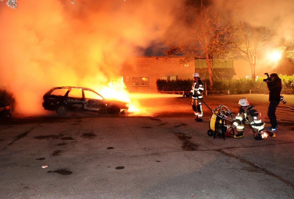 Zapálená auta na stockholmském předměstí