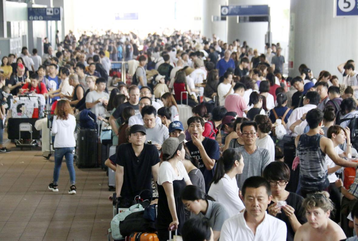 Tři tisíce cestujících uvízly na letišti v Ósace