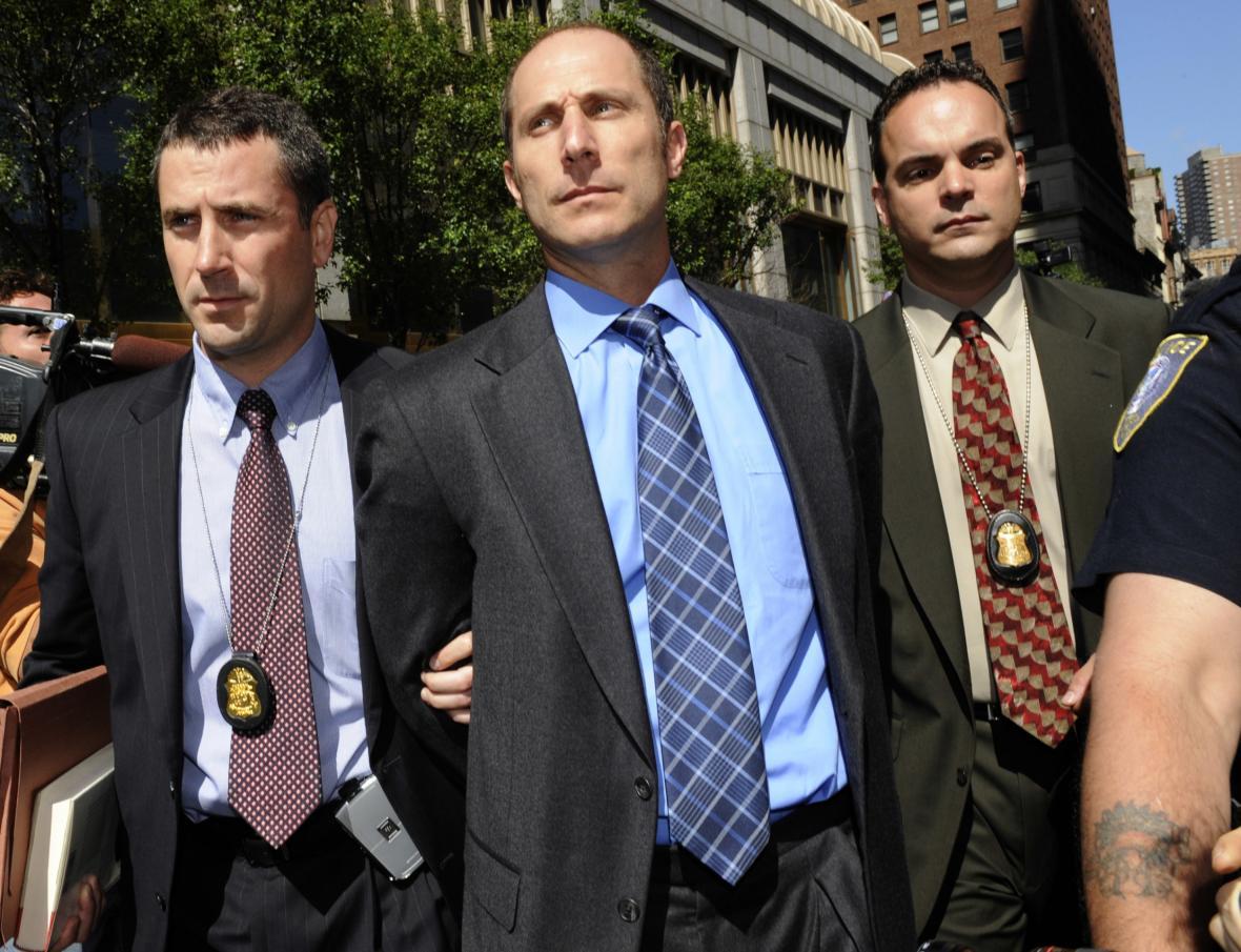 Federální agenti vedou bývalého manažera banky Bear Stearns Matthewa Tannina