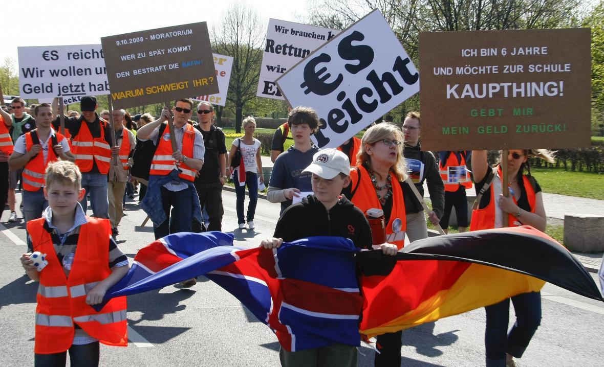 Němečtí investoři islandské banky Kaupthing protestovali v dubnu 2009 v Berlíně s cílem získat zpět peníze