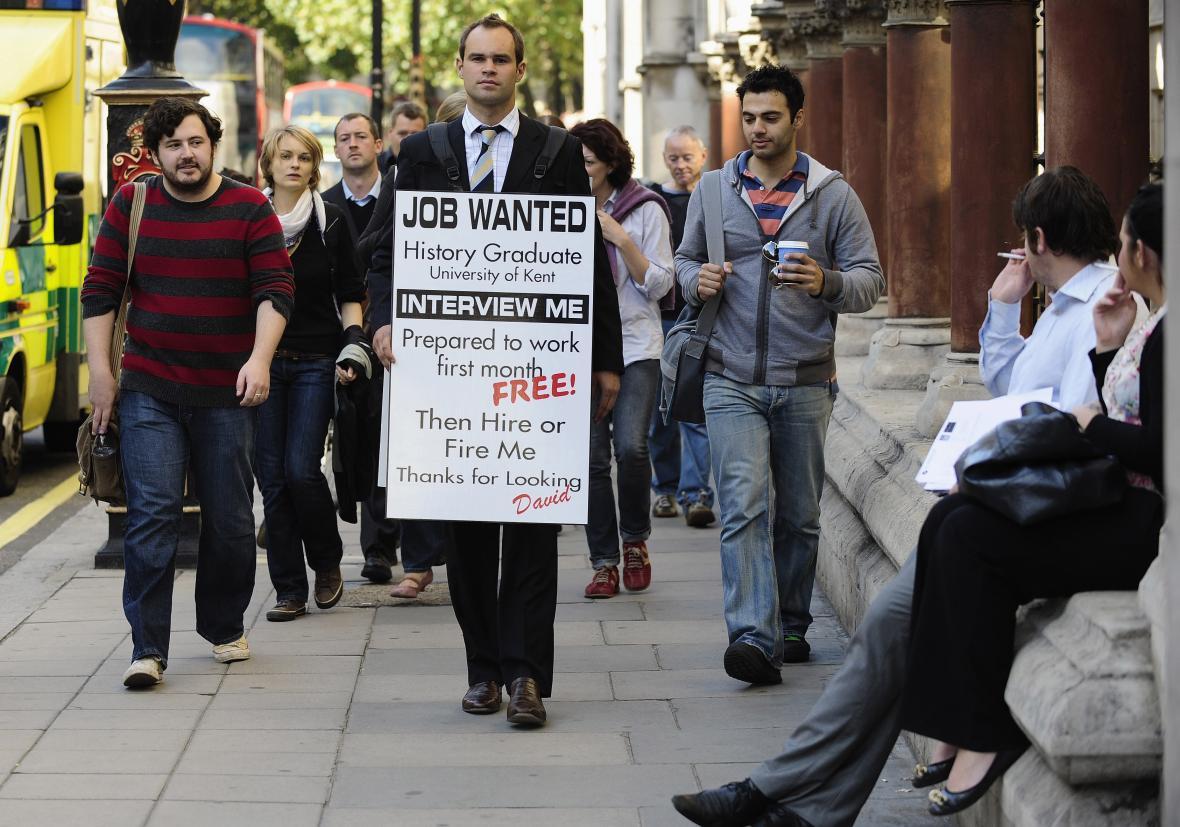 Nezaměstnaný David Rowe v londýnských ulicích s cedulí poptávající práci na snímku ze září 2009