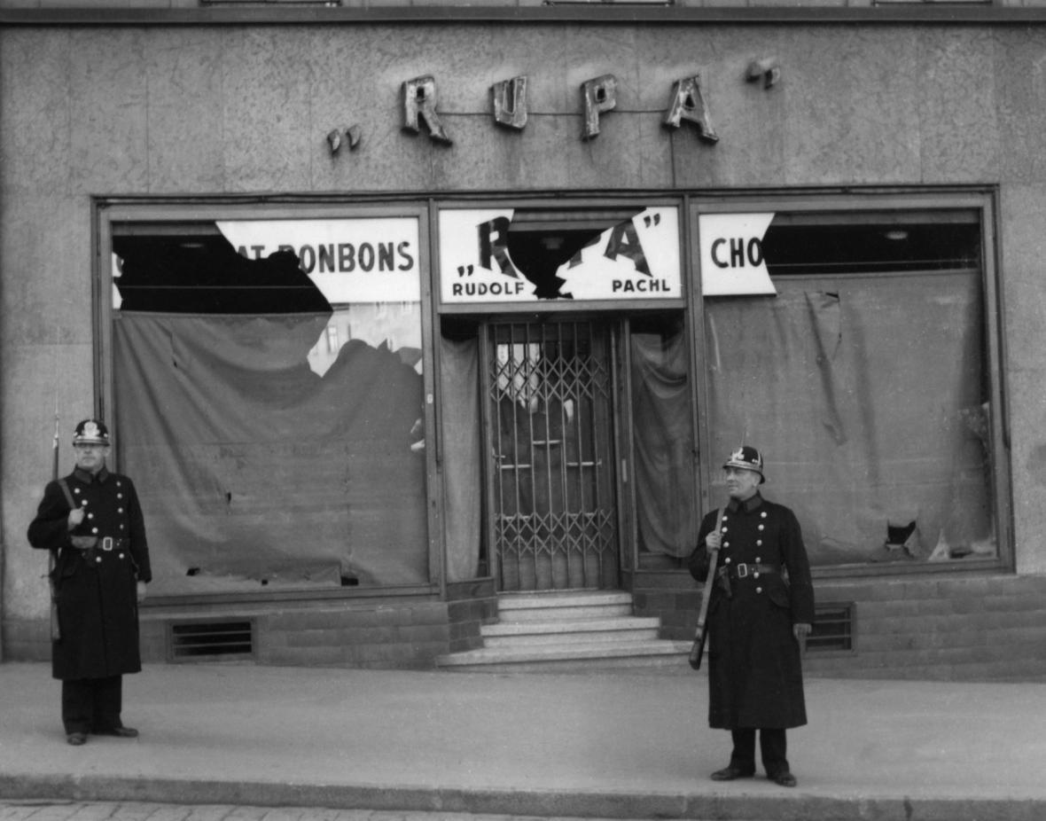 Zničený český obchod během sudetoněmeckého povstání