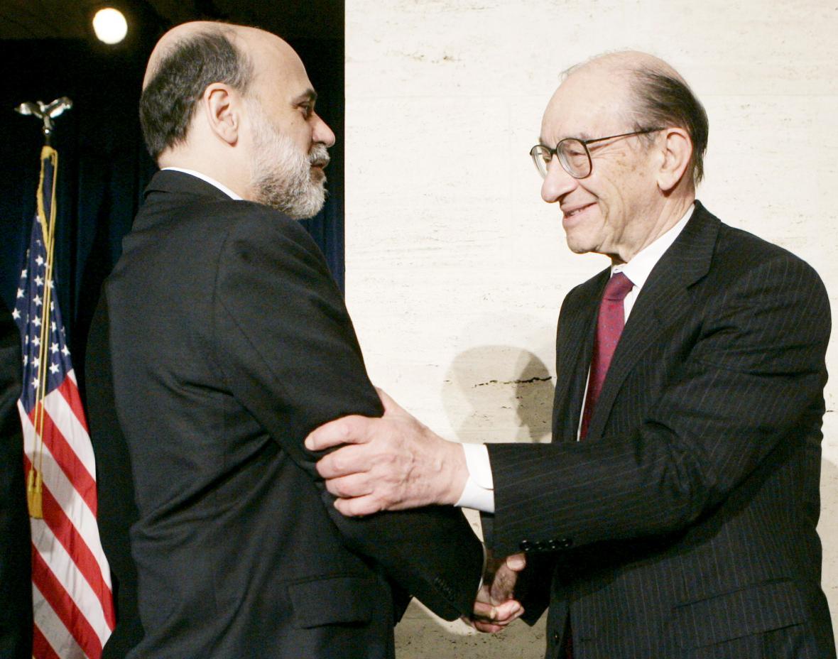 Bývalý šéf centrální banky USA Alan Greenspan (vpravo) dopustil podle vyšetřovací komise zaplavení trhu toxickými hypotékami. Jeho nástupce Ben Bernanke zase včas nerozpoznal příznaky krize na tomto trhu. Snímek je z předávacího ceremoniálu v únoru 2006.