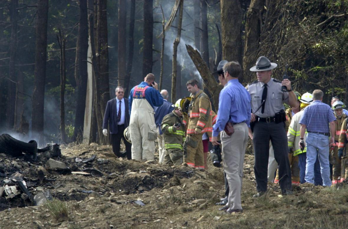 Hasiči a záchranáři na místě pádu letu číslo 93 v Shanksville (11. září 2001)