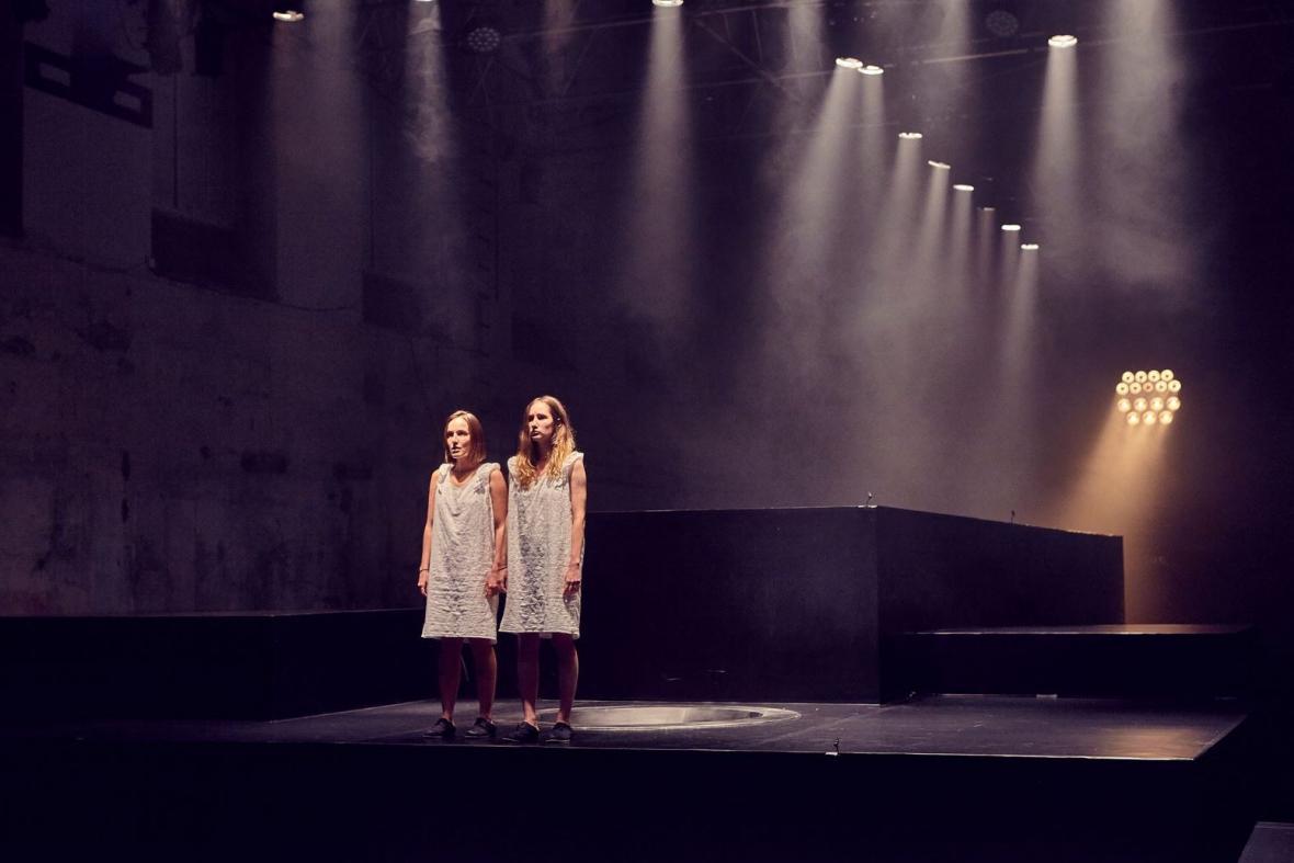 Tereza Voříšková a Eliška Křenková v představení Amerikánka