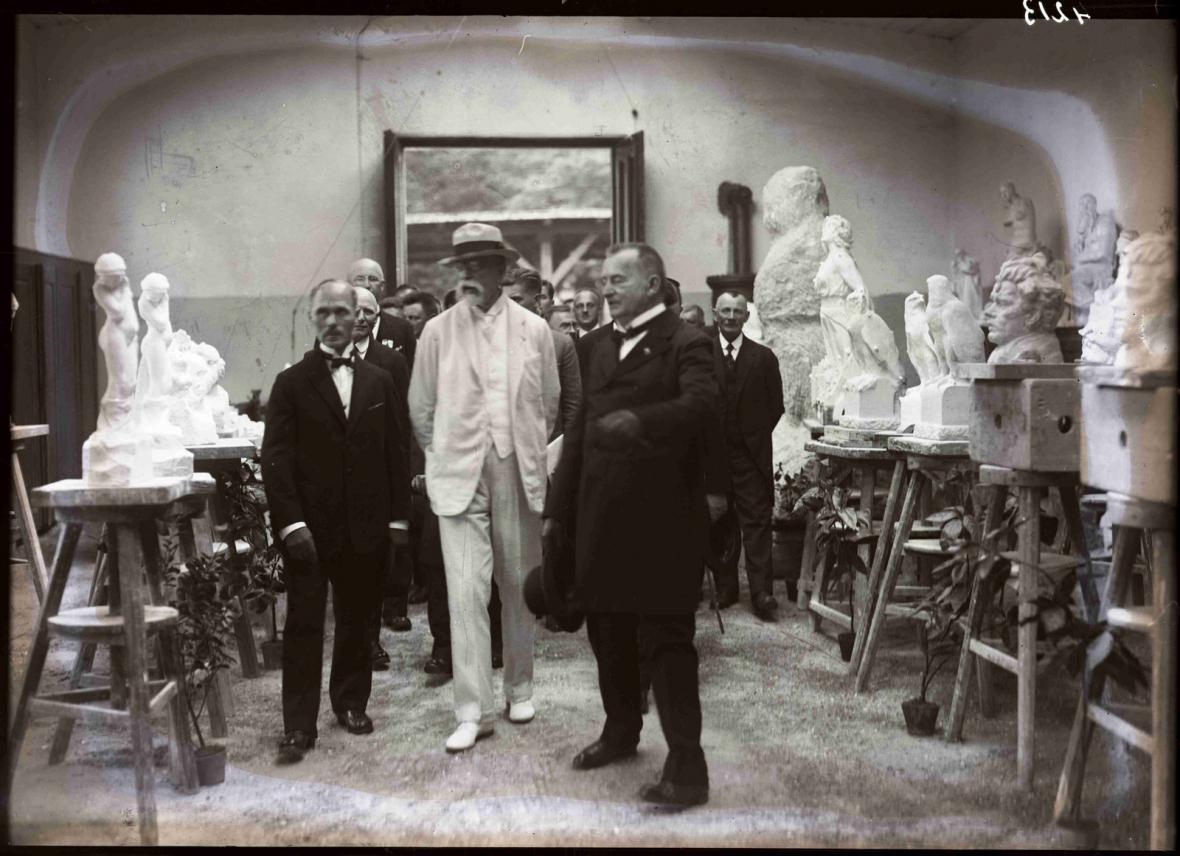 TGM si prohlíží výtvory žáků sochařské školy v Hořicích, 10. 7. 1926