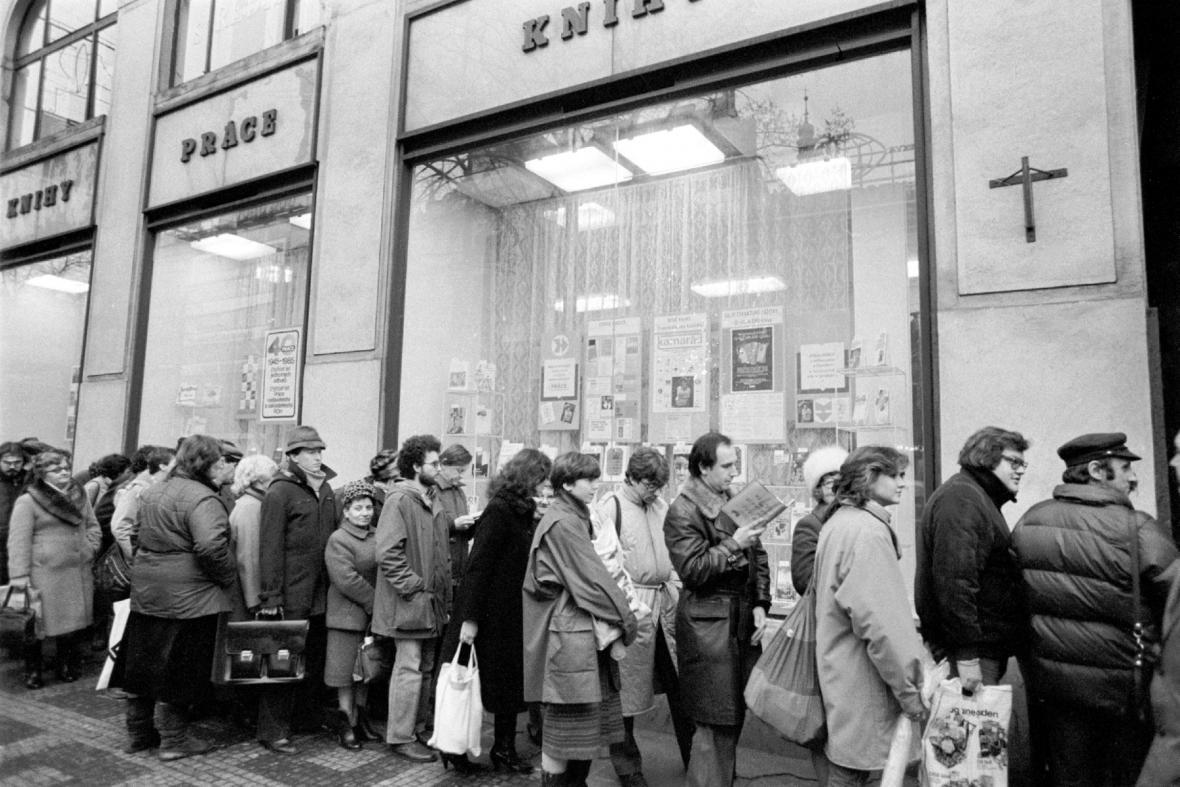 Fronta před knihkupectvím v roce 1985