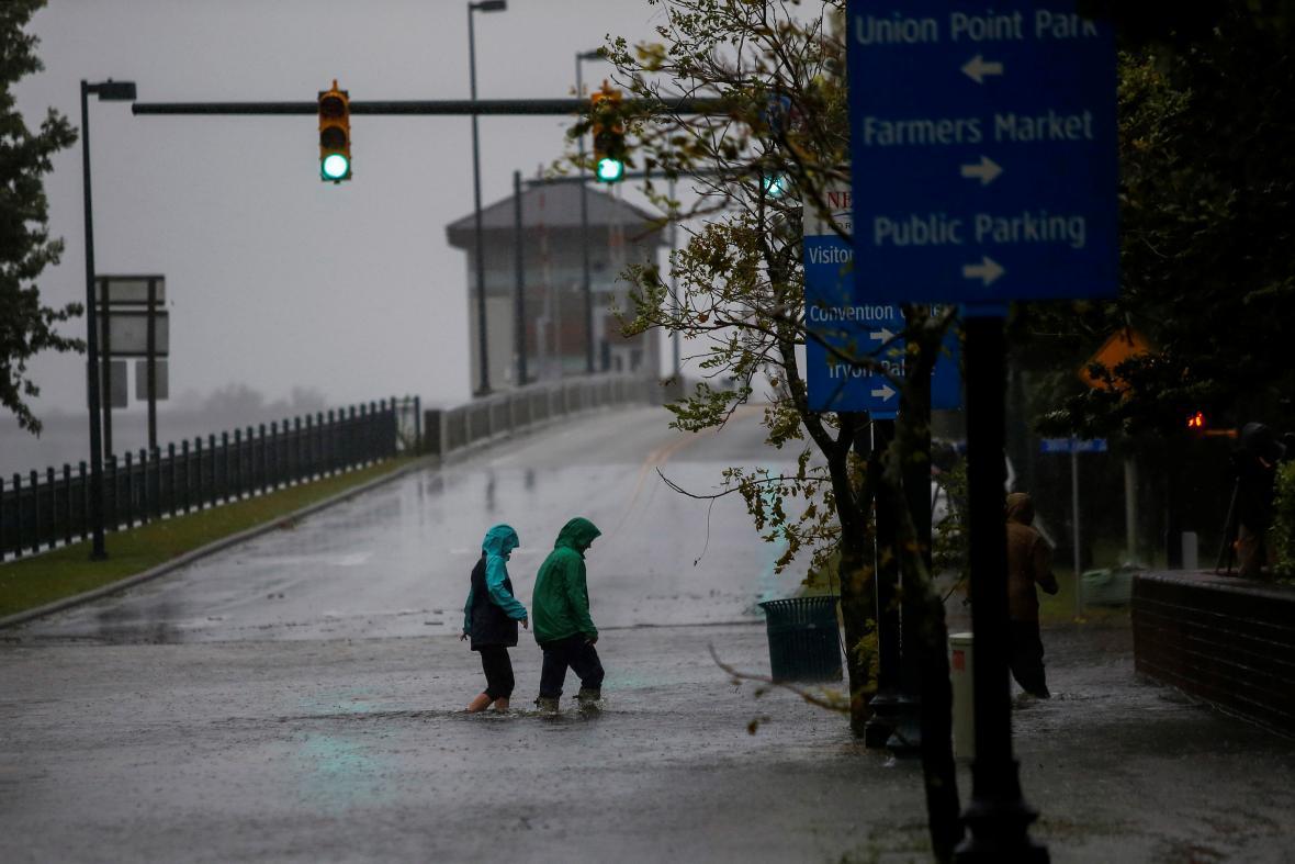 Hurikán dělá ze silnic řeky