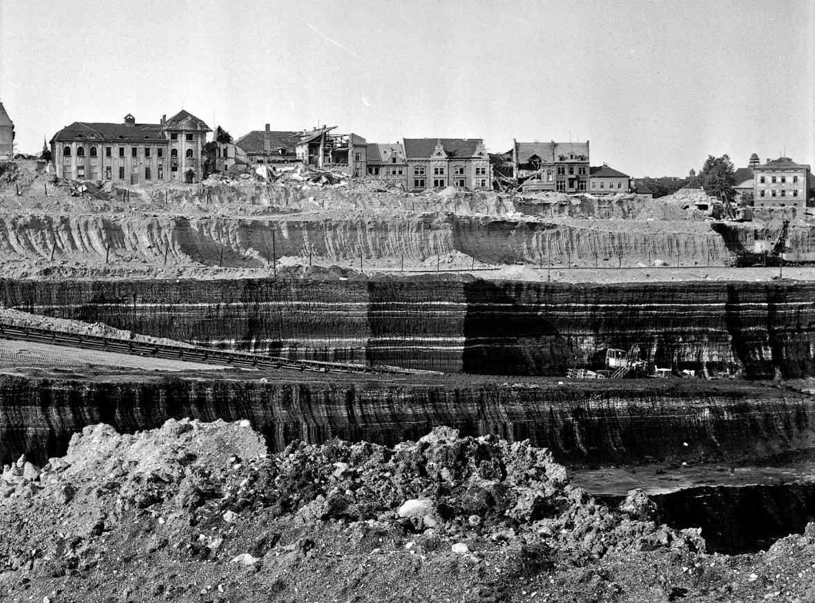 Těžba hnědého uhlí devastovala krajinu i celá města. Na snímku z roku 1975 ustupuje těžbě historické město Most