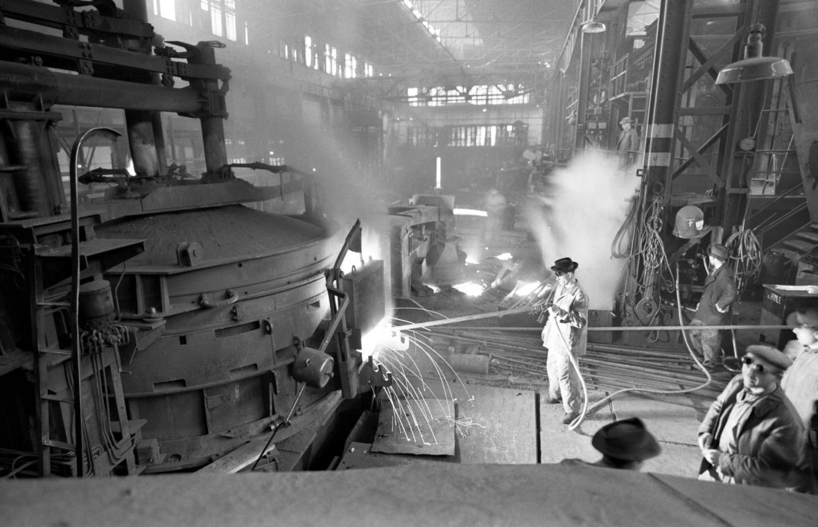 Hospodářství se od převratu orientovalo hlavně na těžký průmysl - na úkor ostatních oborů (na snímku z roku 1963 kladenská Poldi)