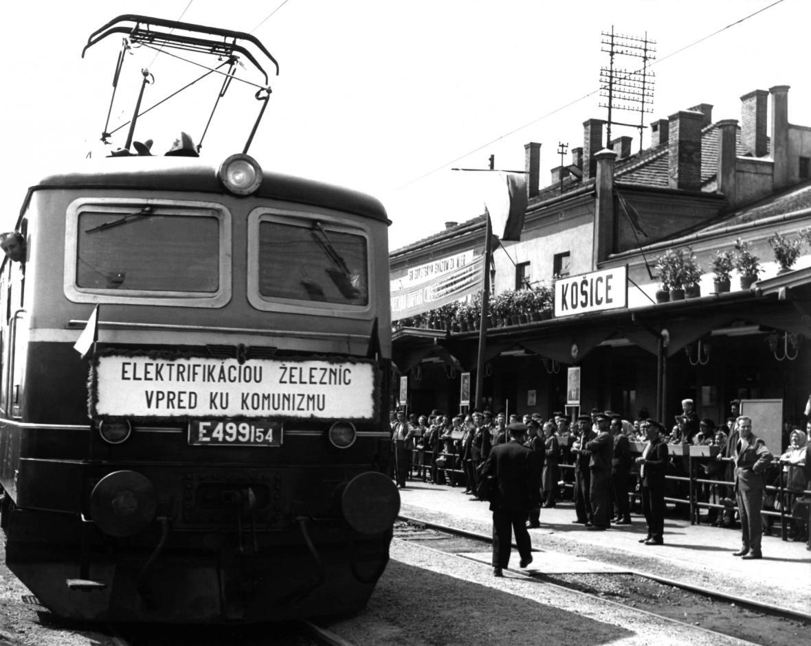 Ke komunismu měla pomoci i elektrifikace železnice. Na snímku nádraží v Košicích v roce 1961