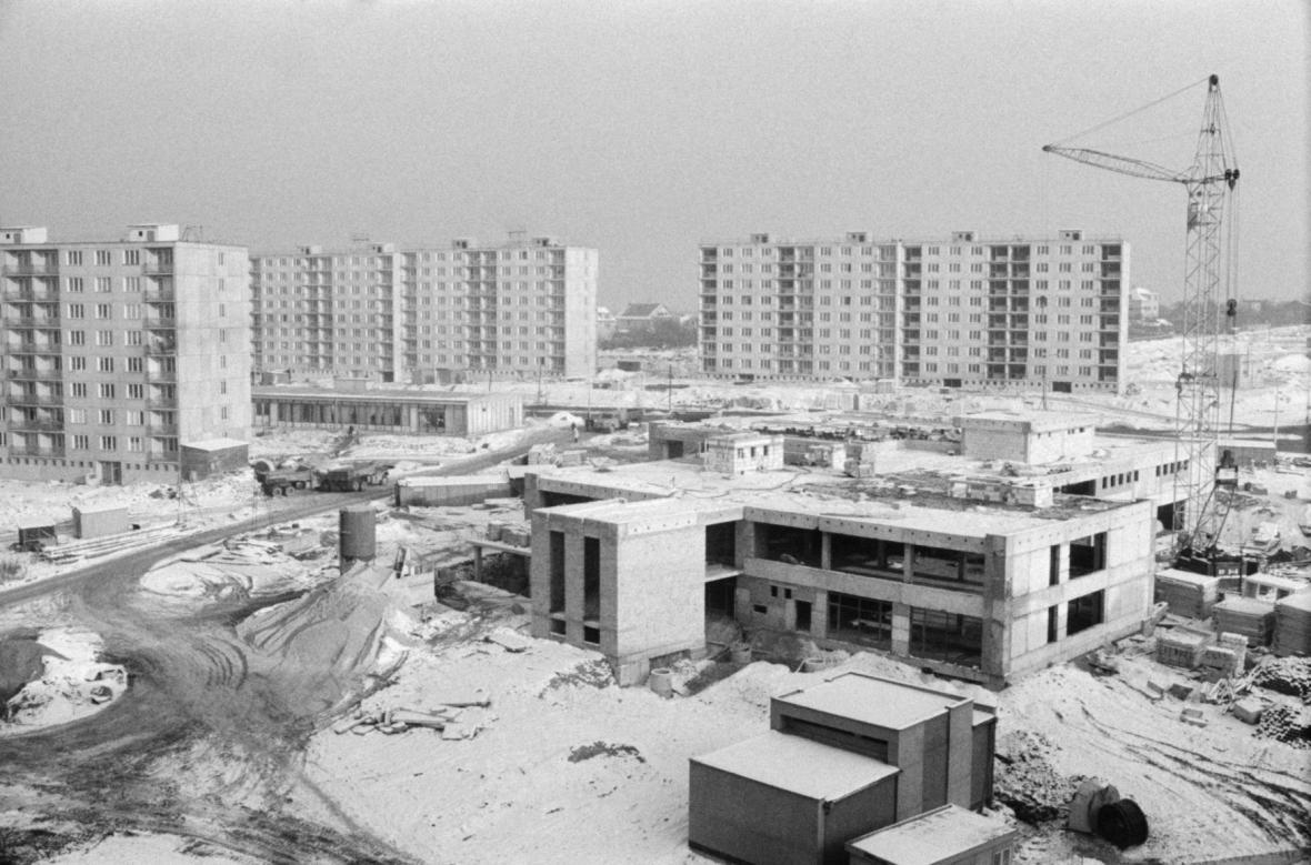 Sedmdesátá léta byla ve znamení rozsáhlé stavby sídlišť. Na snímku z roku 1976 sídliště Lhotka-Libuš v Praze
