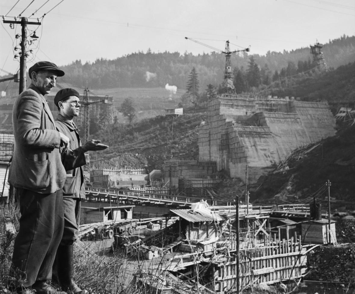Výstavba přehrady Vír na Svratce, jedné z velkých staveb první pětiletky. Snímek z roku 1952