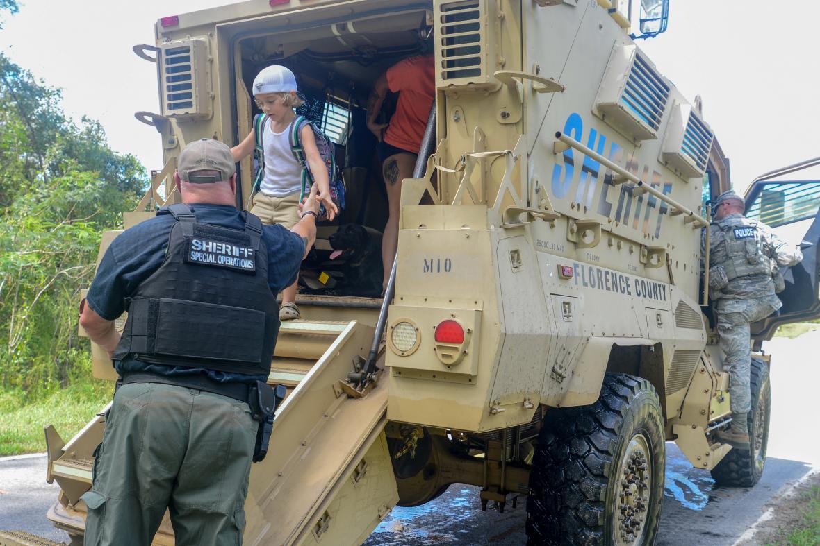 Šerif s taktickým vozem pomáhá evakuovat obyvatele Severní Karolíny