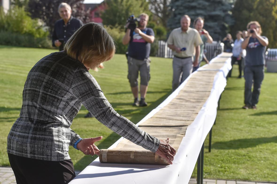 Barbara Larsonová s 29 metrů dlouhým svitkem tóry