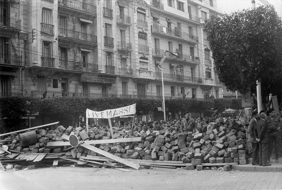 Plakát na barikádě v Alžíru oslavuje generála Massua