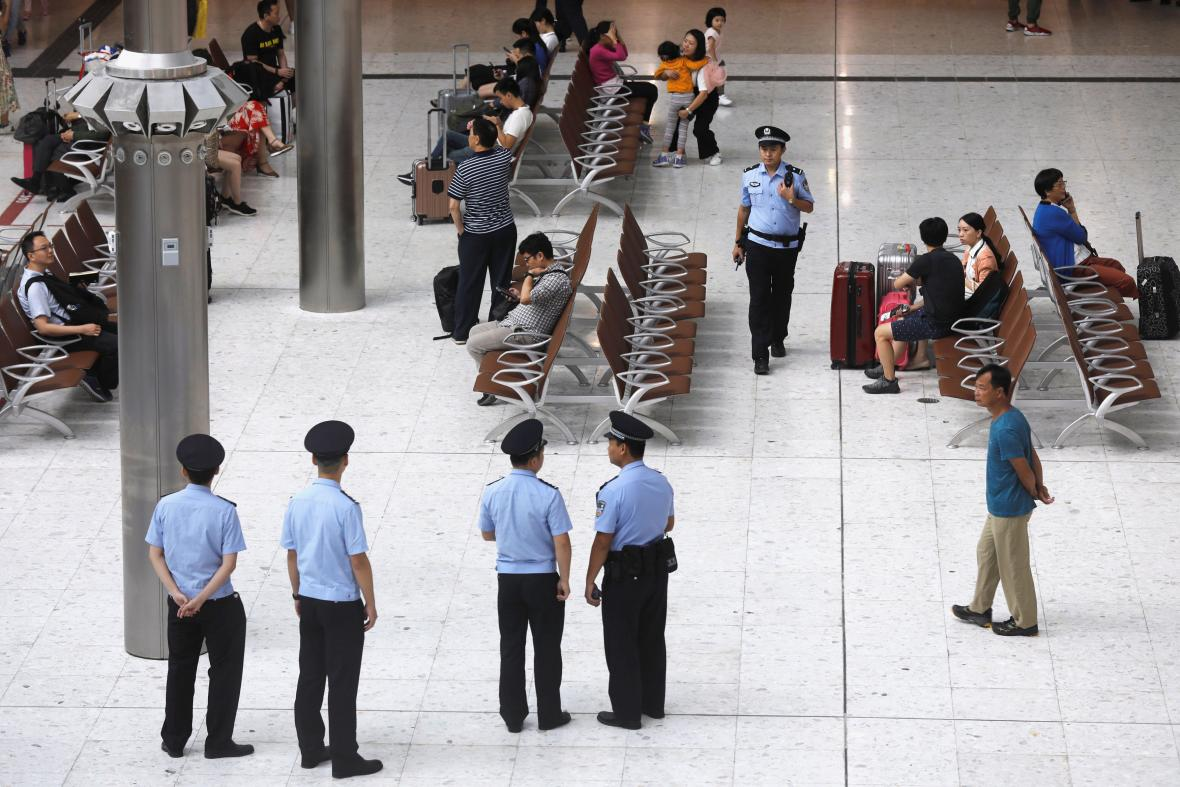 Čínská policie na nádraží v Hongkongu