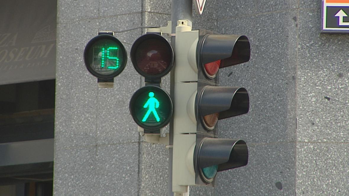 Digitální počítadlo na semaforu u přechodu