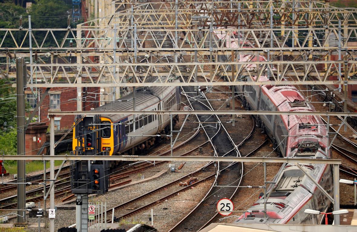 Vlaky společnosti Northern (vlevo) a Virgin Trains