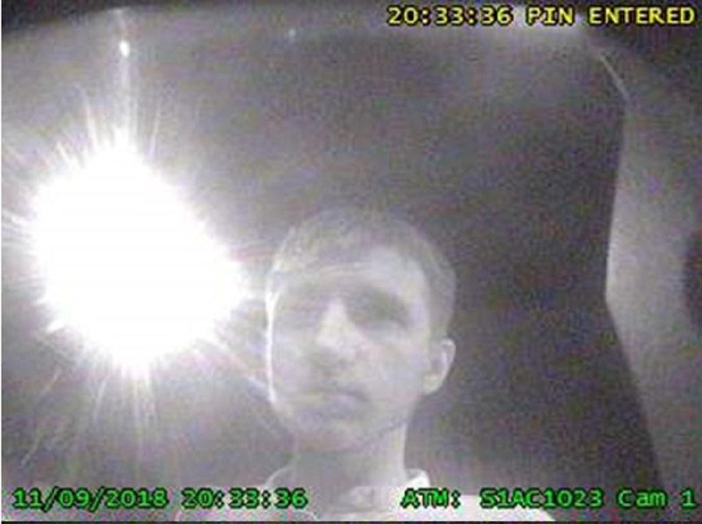 Muže, po kterém policie pátrá, zachytily bezpečnostní kamery