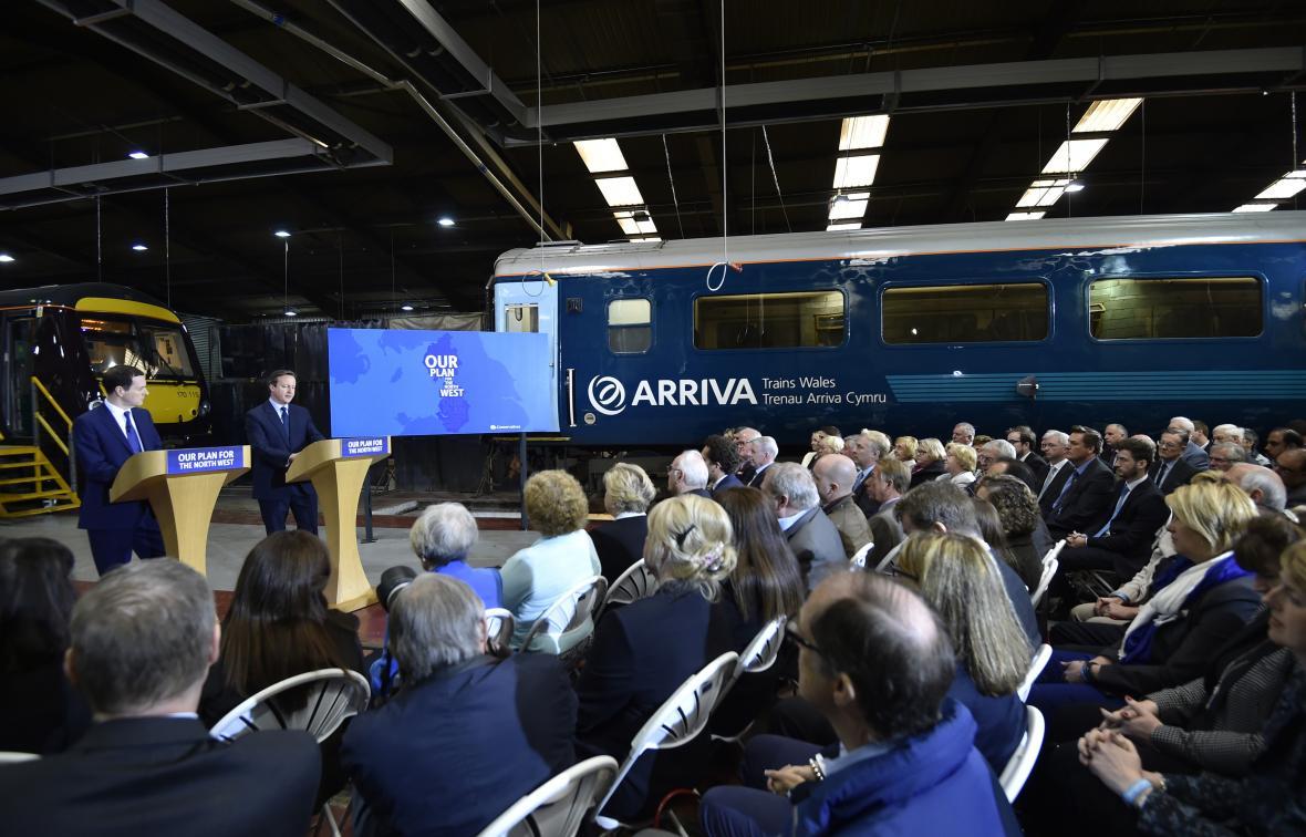 Britští politici v železničním depu