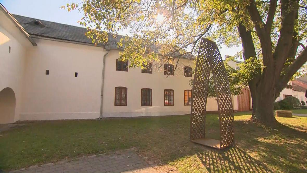 Netradiční zvonička v Bílovicích na Prostějovsku