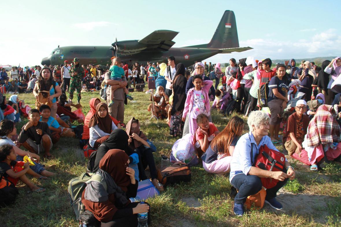 Lidé čekají na evakuaci