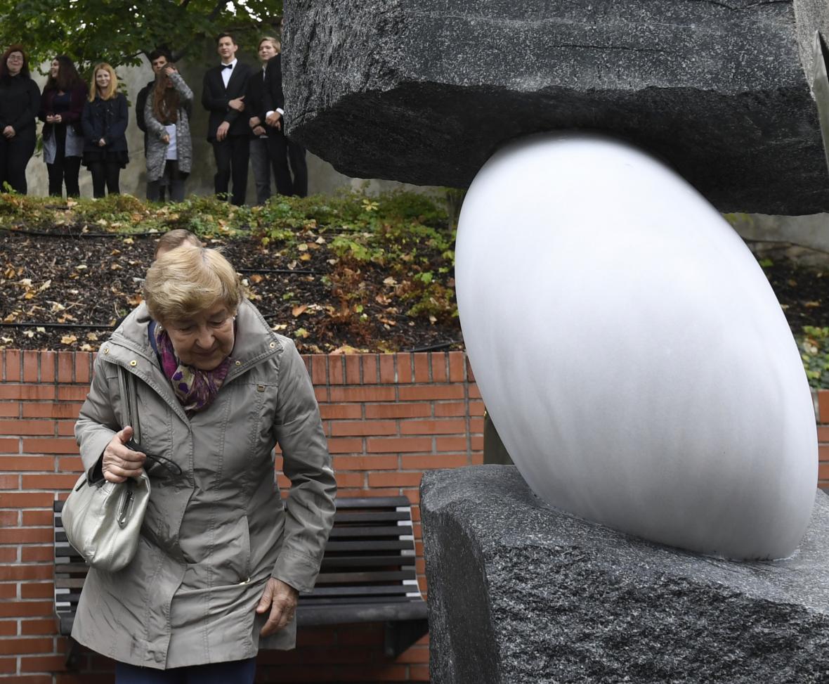 Dcera Milady Horákové Jana Kánská u památníku obětem dvou totalitních režimů v pražské Ztracence