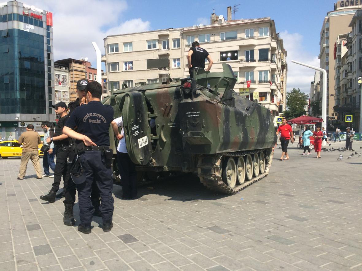 Turecká policie u obrněného transportéru ukořistěného armádním pučistům při pokusu o vojenský převrat v červenci 2016, Istanbul