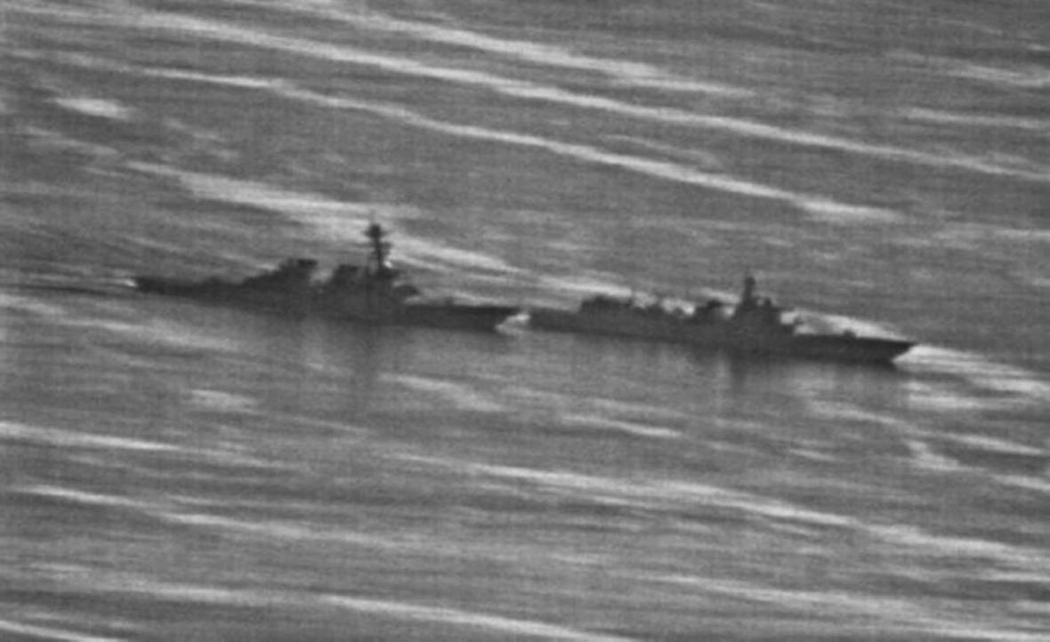 Americká (vlevo) a čínská loď při kolizi v Jihočínském moři