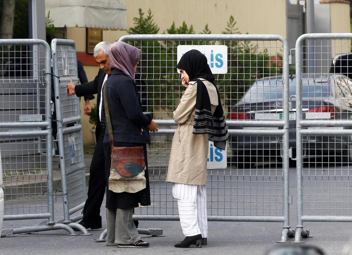 Chášakdžího snoubenka Hatice před saúdskoarabskou ambasádou v Ankaře