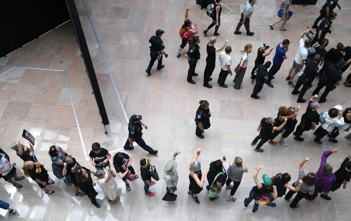Policie vyvedla z budovy Senátu USA stovky demonstrantů